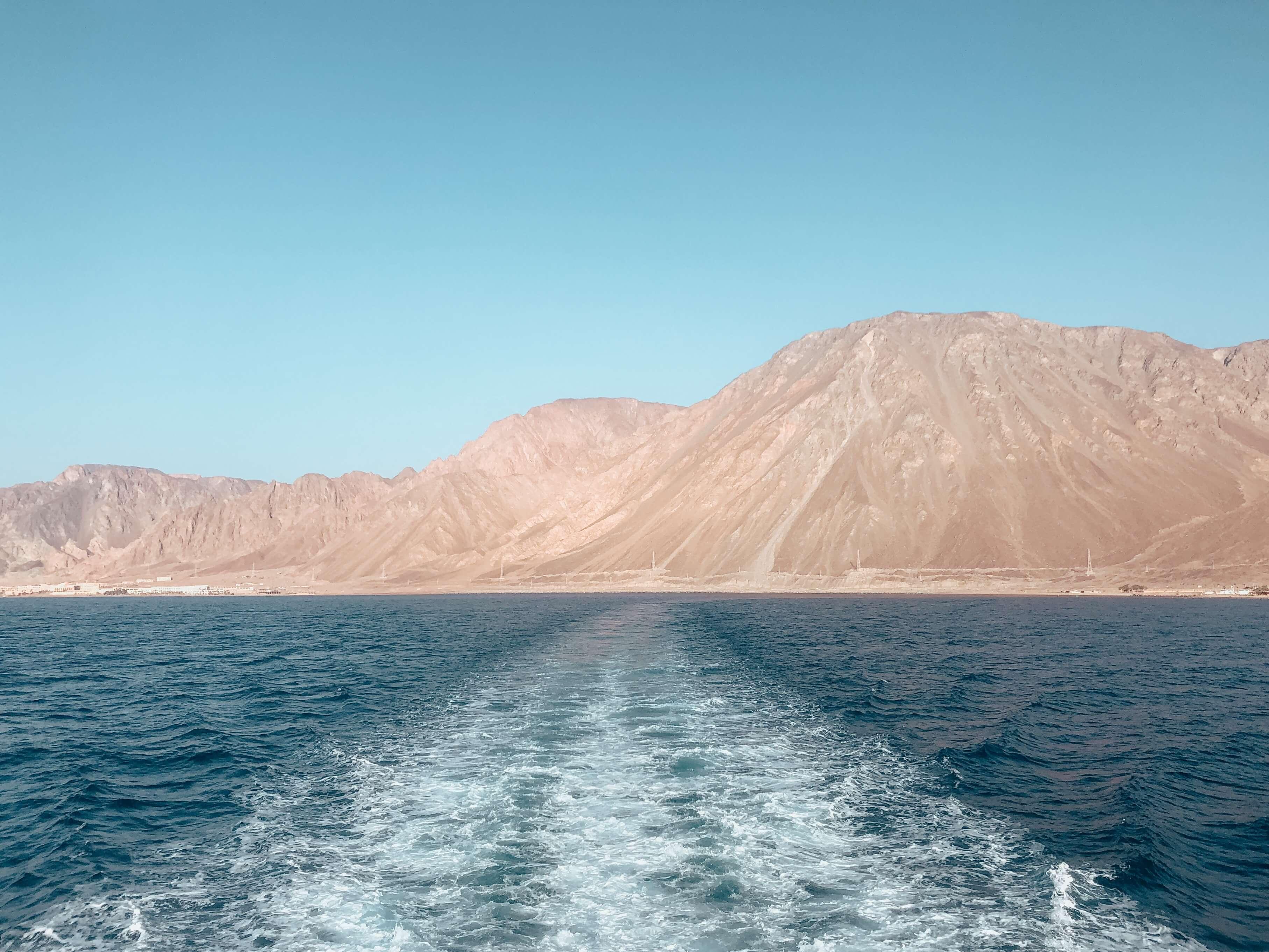 Na výlet do Petry sa môžete vybrať napríklad z Egypta. Cestou trajektom uvidíte naraz egyptské, izraelské, jordánske aj saudskoarabské pobrežie.
