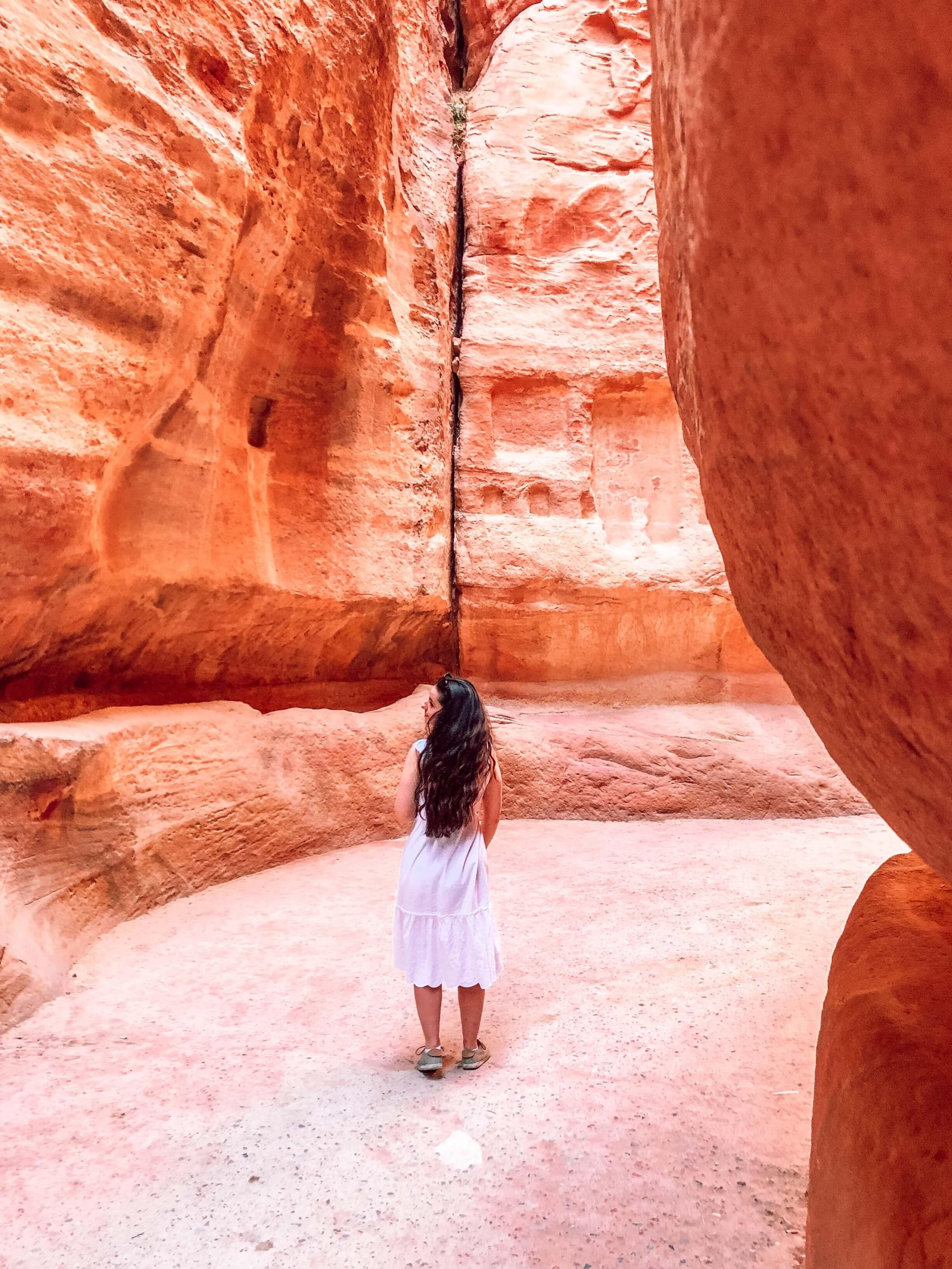 Vstup k starobylým ruinám jordánskej Petry je čarovný. Prechádzať budete cez kaňon Sík, ktorý je v niektorých miestach široký a inde úzky.