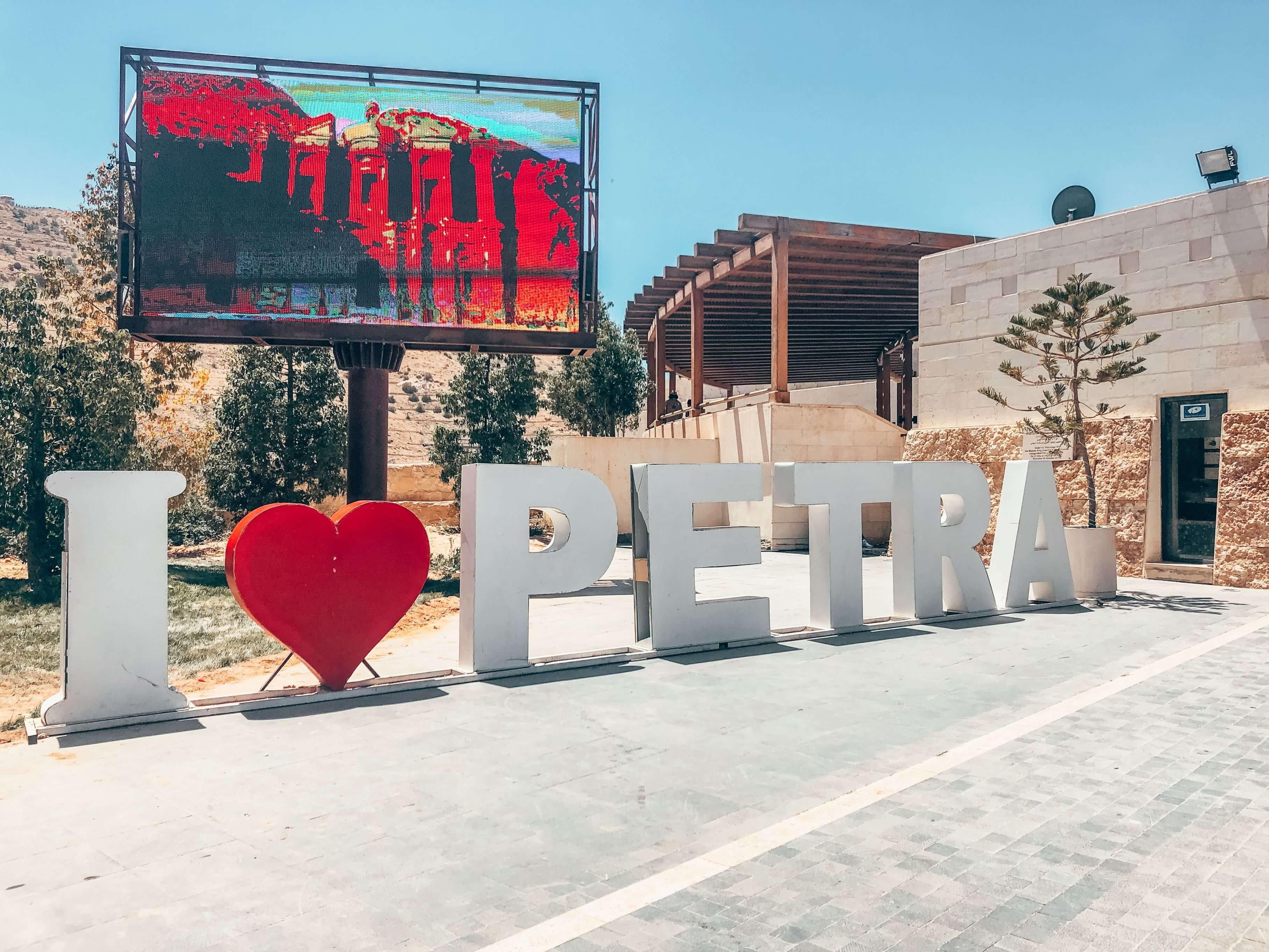 Keď plánujete výlet do Petry, dorazte do Jordánska o deň skôr. Vstupné do Petry bude lacnejšie a vyhnete sa davom turistov. Ubytujte sa čo najbližšie k návštevníckemu centru.
